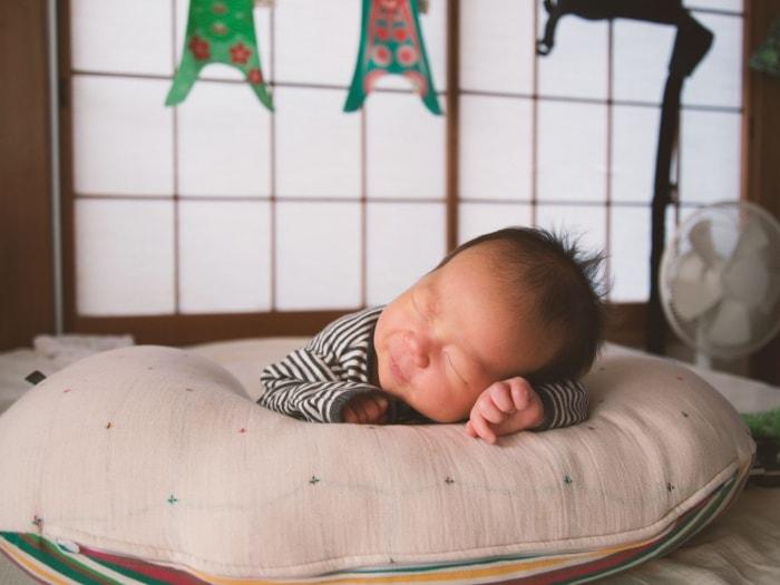 Gối đầu cho trẻ sơ sinh đúng cách - và cách chọn gối cho bé