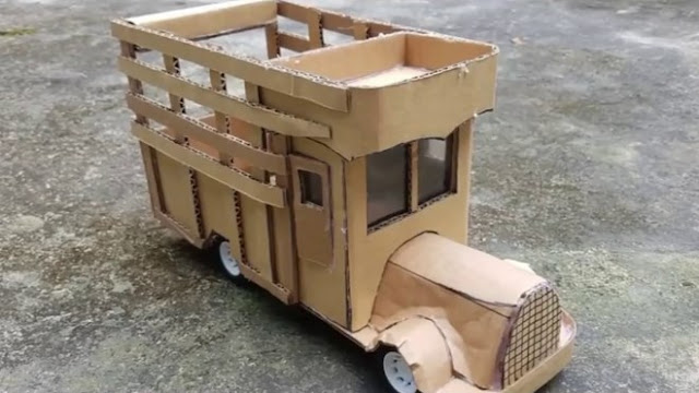 mainan miniatur truk bahan kardus bekas