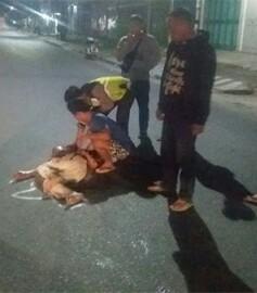 Warga menyaksikan korban yang tewas ditabrak.