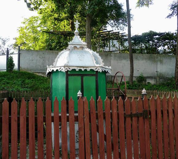 Колодец возле церкви Рождества в с. Великоселье, Герцаевский р-н, Черновицкая обл.
