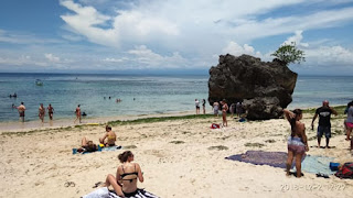 Berjemur di hamparan pasir putih Pantai Pandawa Bali