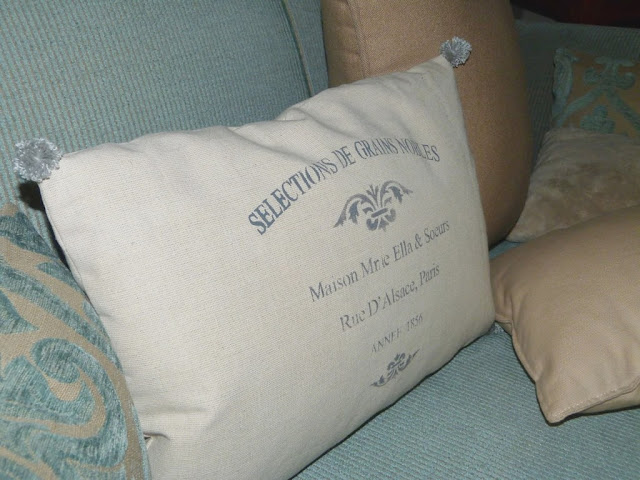 almohadon-decorativo-estarcido-pompones-lana