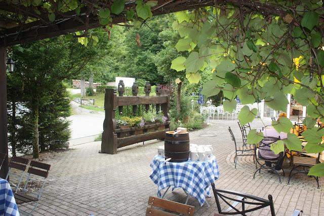 Get together im Biergarten am Vorabend der Hochzeit - Vintage-Hochzeit im Sommer im Riessersee Hotel Garmisch-Partenkirchen, Bayern - Vintage wedding in Germany, Bavaria, lake & mountains