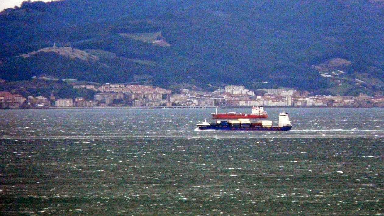 barco fondeado superpuerto bilbao 02