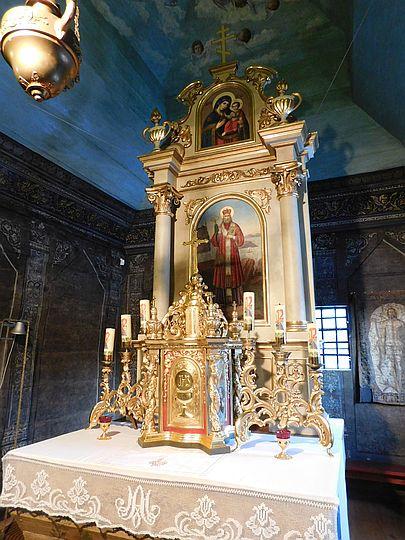 Rokokowy ołtarz z XIX-wiecznym tabernakulum.