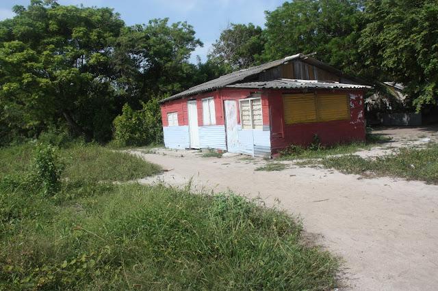 Casa típica da comunidade afro-colombiana de Orika, num passeio de bike pela ilha.