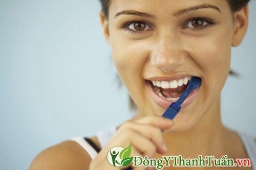 Đánh răng sau khi ăn giúp giảm hôi miệng
