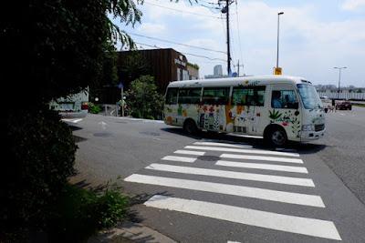 本館とガーデンアイランドのシャトルバス