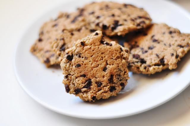 Ciasteczka orzechowo-czekoladowe z ciecierzycy. Wegańskie, bezglutenowe