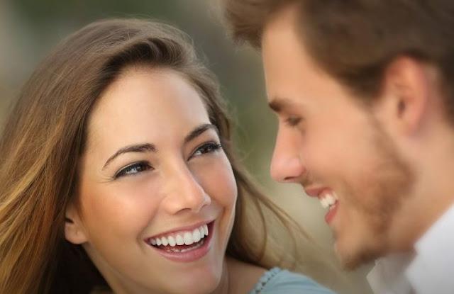 Ψυχολόγοι αποκαλύπτουν τις 5 βασικές αρχές του φλερτ για να γίνεις ακαταμάχητη