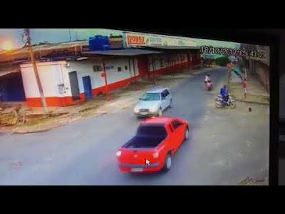 Vídeo mostra vendedor sendo assaltado em Cruzeiro do Sul; Com prejuízo de aproximadamente 10 mil reais