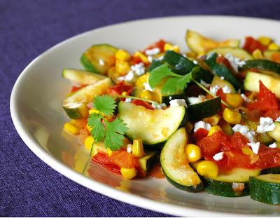 pikantna cukinia z pomidorami i kukurydzą
