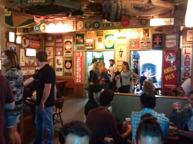 Dentro de um dos bares Delirium Café da vila - Bruxelas - Bélgica - Cerveja
