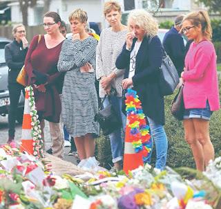 Miles de personas rindieron honores ayer en altares improvisados a las 50 personas asesinadas por un agresor en dos mezquitas de Christchurch, Nueva Zelanda, mientras docenas de musulmanes continúan a la espera de que las autoridades entreguen los restos para poder sepultar a sus familiares.