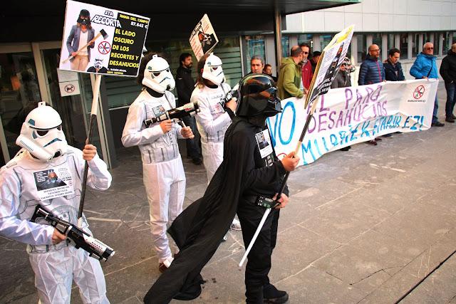 Protesta de Berri-Otxoak por los recortes en servicios sociales de Barakaldo