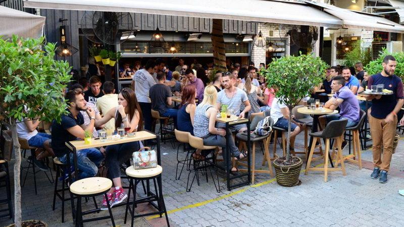 Οι νέοι πλήττονται από το νέο φόρο στον καφέ και τους απασχολεί