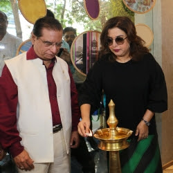 Farah-khan-lit-inaugral-lamp-at-Marshalls-store
