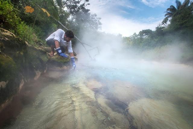 Obteniendo muestra de agua del 'río hirviente'.
