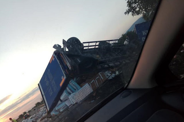 Ανατροπή φορτηγού στην εθνική οδό Κορίνθου - Τριπόλεως