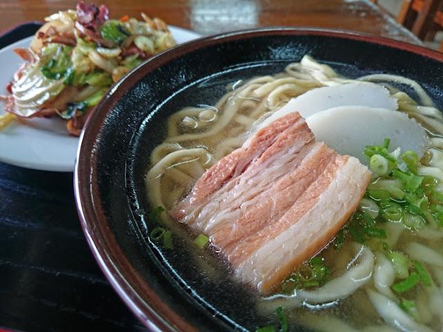 沖縄そばとイカちゃんぷるーの写真