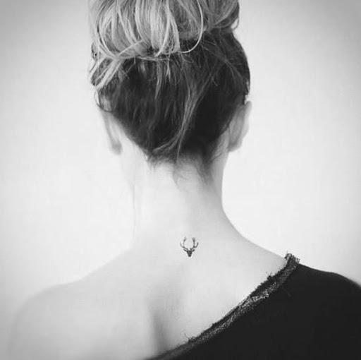 Vista de trás da Menina Pescoço Tatuagens