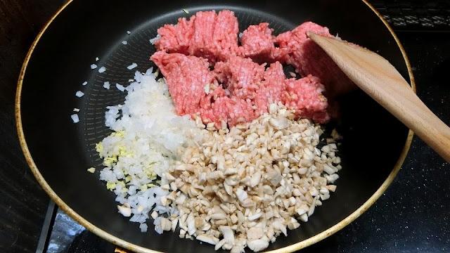 フライパンでひき肉、玉ねぎ、軸、肉味噌調味料1を炒め合わせる