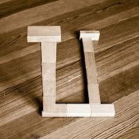 Takozlardan yapılmış U veya Ü harfi