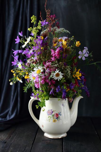 kesäkukkia, kukkakimppu, arabian kannu, still life flowers