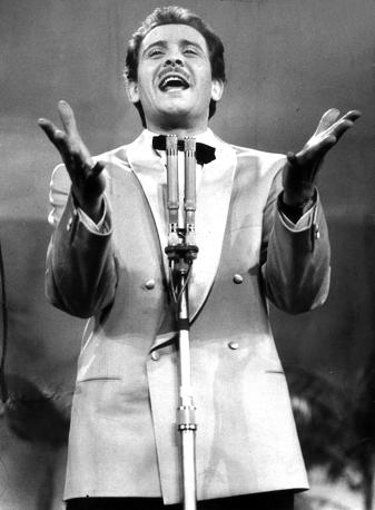 Foto de Domenico Modugno cantando en el escenario
