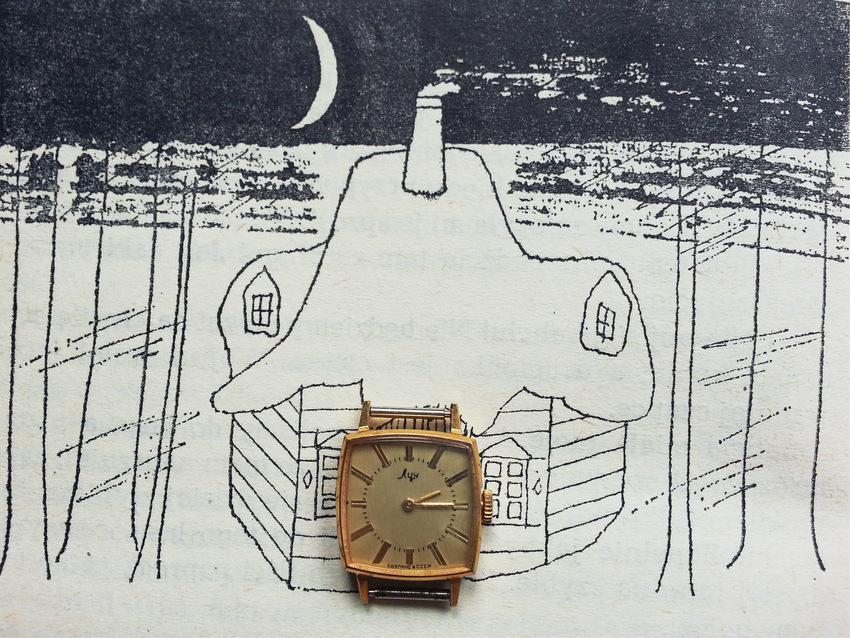 """Stary zegarek na tle książki """"Najwyższa góra"""" Mieczysławy Buczkówny z 1988 roku, ilustracje:Andrzej Strumiłło"""