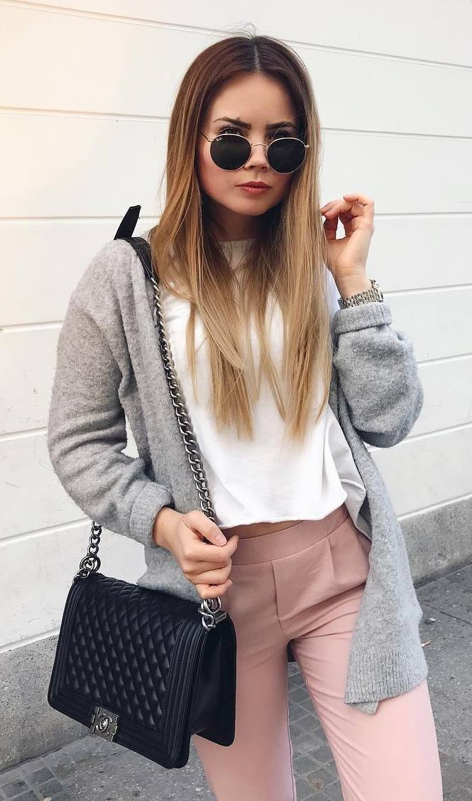 how to wear a grey cardigan : white t-shirt + pink pants + black bag