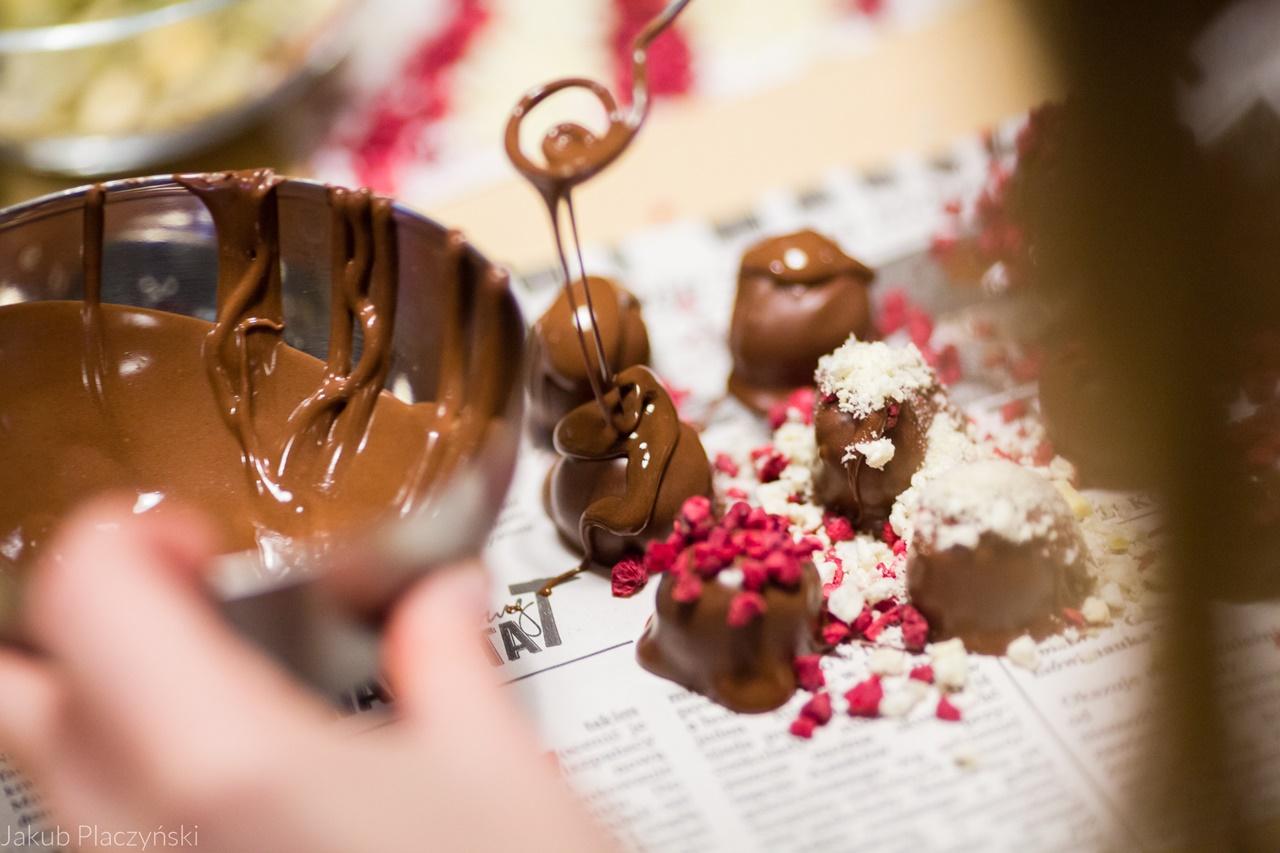 18 warsztaty robienia czekoladowych słodkości manufaktura czekolady warsztaty tabliczek pralin jak zrobić narzędzia z czekolady