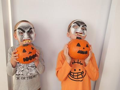 Halloween, maski, przebrania, dynie