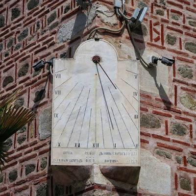 Reloj solar en la mezquita Dzhumaya, Plovdiv, Bulgaria