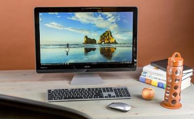 Escritorio sin cables formador por monitor, teclado y ratón inalámbricos