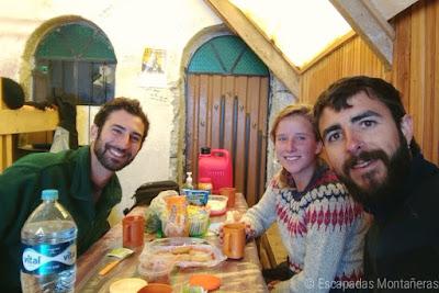 Comiendo en el Interior del Refugio Campo Alto Las Rocas durante la ascensión al Huayna Potosí.