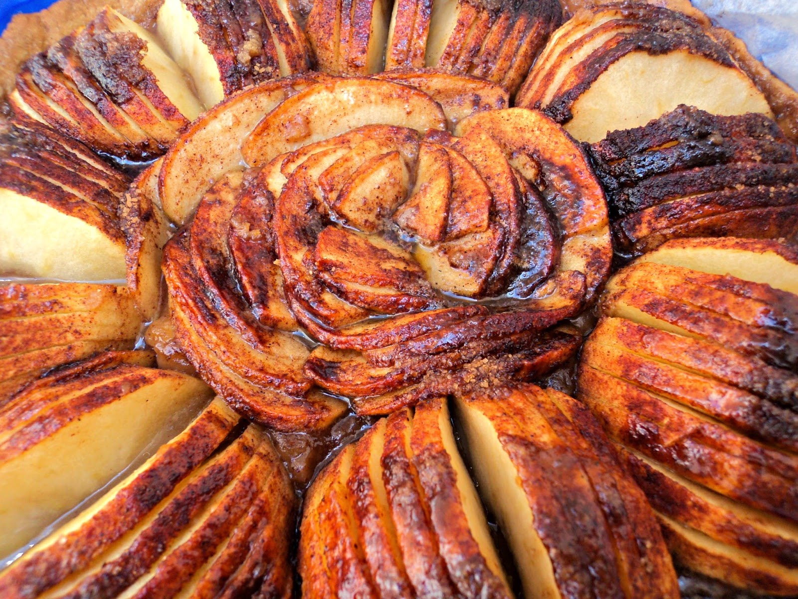 tarta-flor-manzana-servida