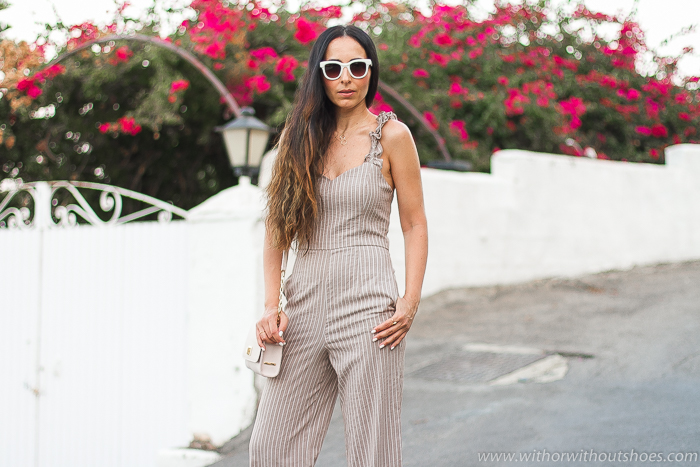 Blogger influencer en Mojácar con ideas de oufit con estilo para resaltar el moreno con Mono taupe con rayas blancas