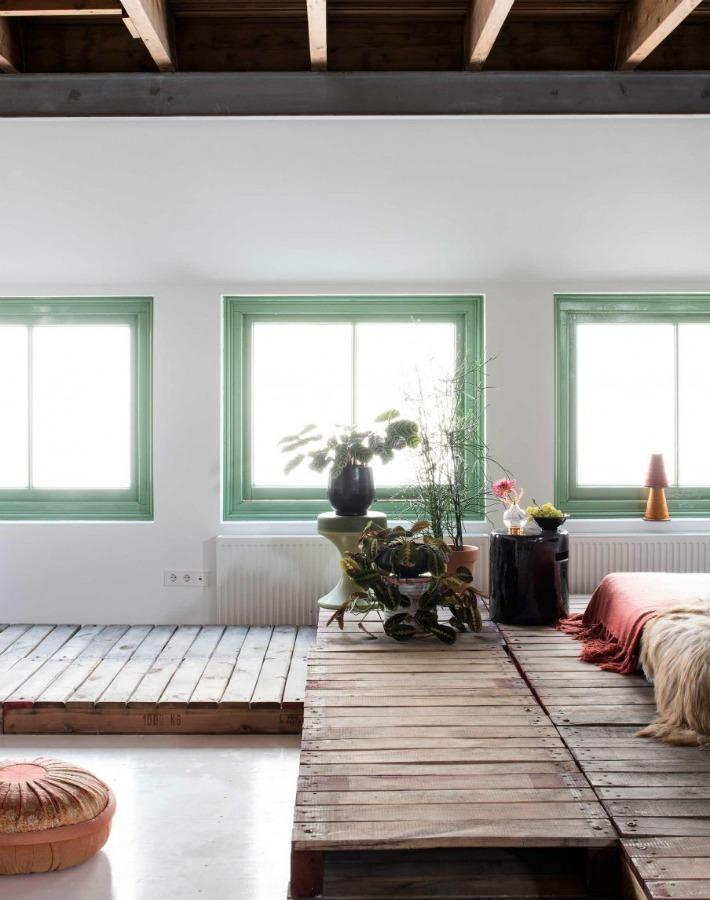 Antiguo almacén transformado en un oasis blanco y verde