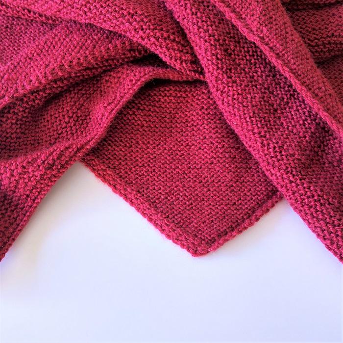 Trendy châle bordeaux en laine Bergère de France tricotée au point mousse par Hello c'est Marine - Chat tricote par ici