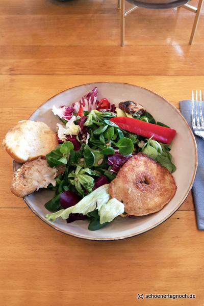 Salat mit gebratenem Apfel und Parmesancroutons im Klauprecht in Karlsruhe