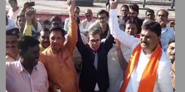भाजपा नेताओं ने रेल अधिकारी से मोदी-मोदी के नारे लगवाए | MP NEWS