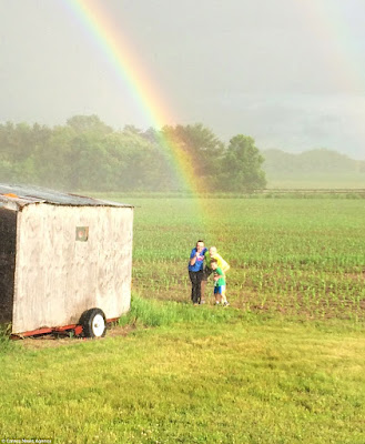 http://www.dailymail.co.uk/news/article-3632884/So-s-pot-gold-Family-discover-end-rainbow-Wisconsin-farmer-s-field.html