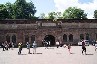 Das Fort von außen. Davor warten viele Leute.