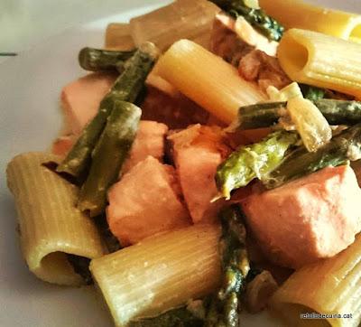 Rigatoni amb espàrrecs verds i salmó
