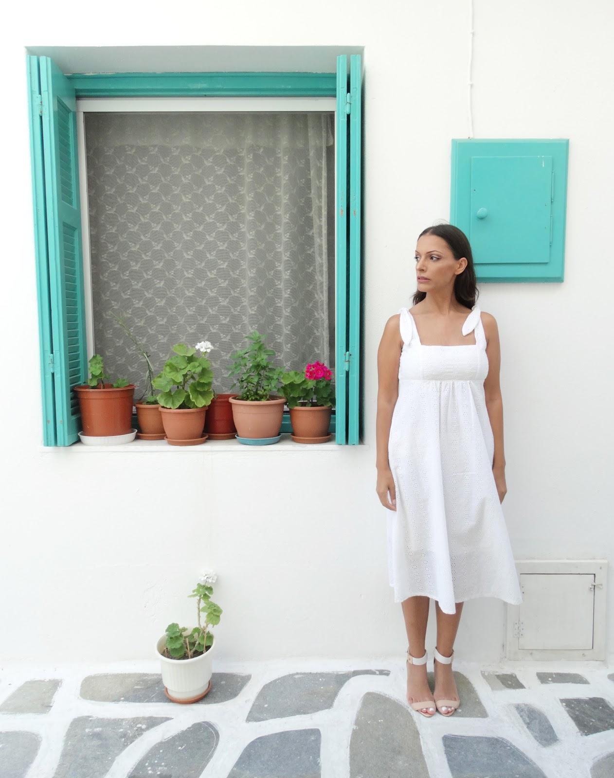 שמלה לבנה בטיול למיקונוס