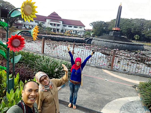 Menikmati keindahan taman dengan Selfie di taman alun-alun Balaikota Malang.
