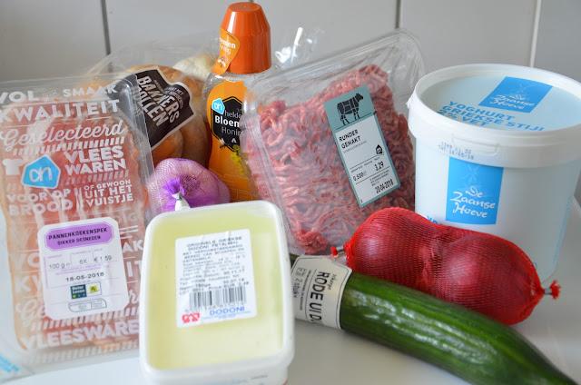 Spek, feta, komkommer, rode ui, Griekse yoghurt, gehakt, honing, knoflook en bolletjes
