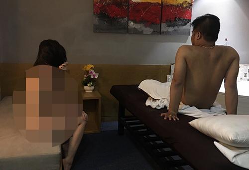 Nữ nhân viên bị bắt quả tang trong tình trạng không mảnh vải che thân. Ảnh: Quốc Thắng