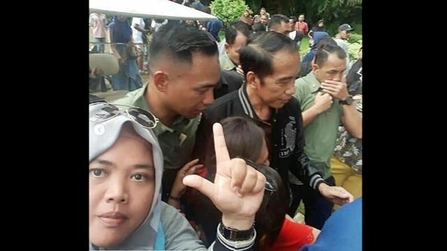 <i>Challenge</i> Greget Abad Ini, Pose Dua Jari di Depan Jokowi